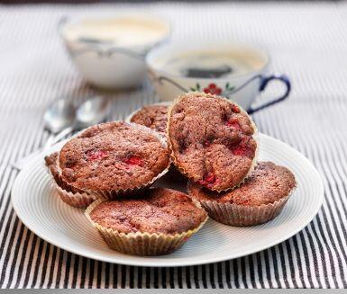 Muffins är ett utmärkt bakverk när sötsuget smyger sig på och du vill göra något snabbt och enkelt. Får vi fresta med ett mumsigt recept på chokladmuffins med hallon i? Ljuvlig smakkombination!