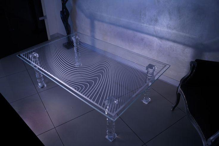 MODERNÍ SKLENĚNÝ STOLEK TB-02 | SZKLO-LUX Jaroslaw Fronczak | Processing and wholesale of glass - Deska je vyrobena z bezpečnostního skla VSG 8.8.2 Diamant (optiwhite), síla 16 mm, fazetované hrany, ve skle je umístěná rytina. Nohy jsou vyrobeny z křišťálového skla.