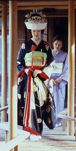 """古く日本の結婚式は「祝言」と呼ばれ花婿の自宅で行われていました。玄関に水をまき、季節の花を飾り、お香を立ててお客様をお迎えする。そこには、感謝の心をカタチとして表す美しさがあります。 This determination was made at home of groom wedding of Japan is called """"Shugen"""" old."""