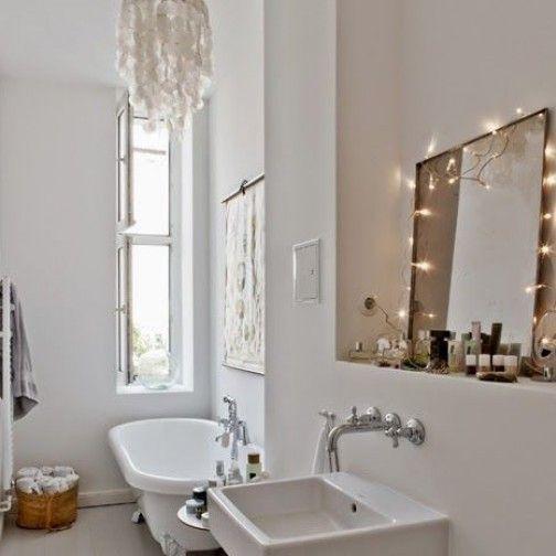 BBrrrrr, rien de plus glaçant qu'une salle de bain toute blanche, avec un carrelage tout froid et un rideau de douche tout délavé. De quoi...