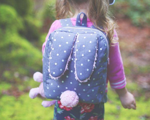 A sua menina vai ganhar ainda mais charme com uma fofa mochila de coelhinho feita por você e com a cor ou estampa que você quiser.