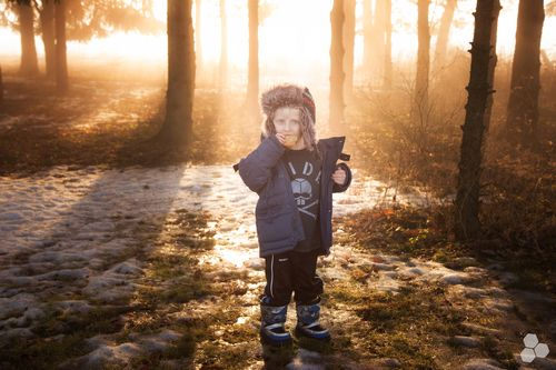 Me gusta la luz suave que entra entre los arboles, enmarcando al niño, los tonos cálidos