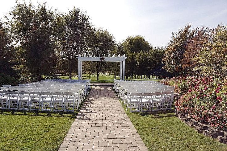 This beautiful alcove at Arrowhead Golf Club is perfect for that intimate outdoor wedding ceremony. http://www.discjockey.org/real-chicago-wedding-october-10-2015/