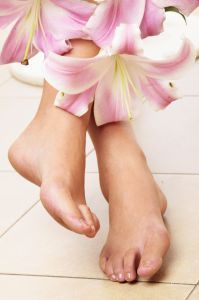 Aquí dejamos varios remedios caseros simples para quitar las durezas y los callos en los pies. Y no solo para eso si no también para aliviar los pies cansados.