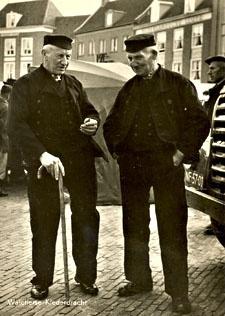Mannen in Walcherse dracht op een prentbriefkaart van circa 1950