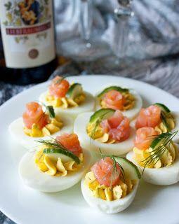Самые вкусные рецепты: Фаршированные яйца с лососем и огурцом