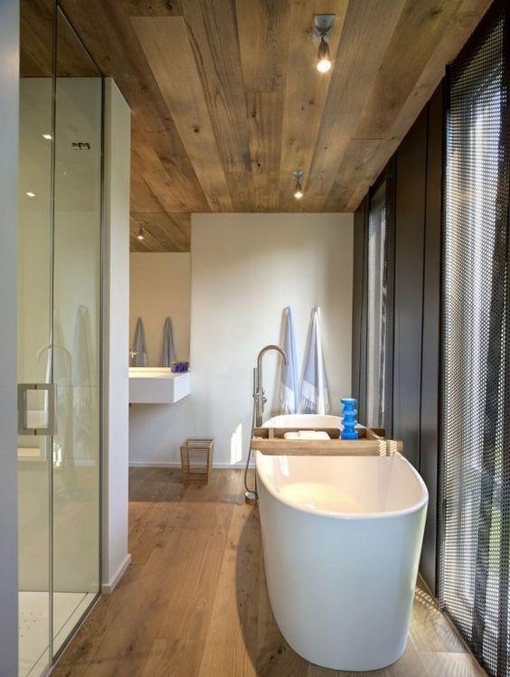design salle de bains moderne sol et plafond en bois sallesdebain francedecoration - Faux Plafond Salle De Bain Moderne