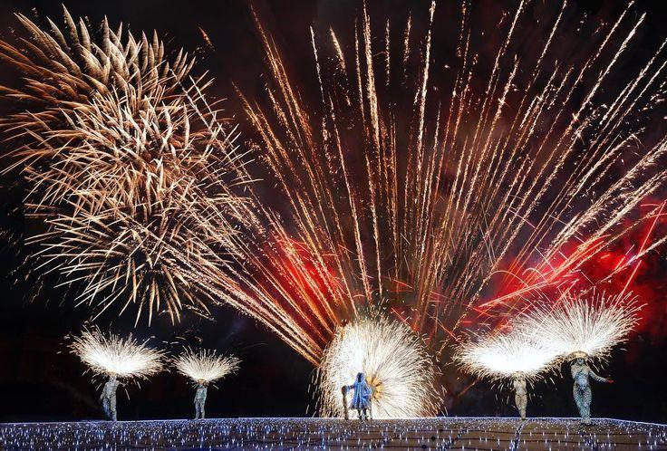"""Les 12 et 14 juillet, venez assister aux dernières représentations du grand spectacle pyrotechnique """"Louis XIV, le Roi de Feu"""". #chateaudeversailles #palaceofversailles #versailles #chateauversaillesspectacles #groupeF #versaillesfestival #feuxdartifice #fireworks © Thierry Nava - Groupe F"""