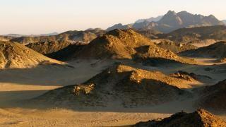 Pochi luoghi al mondo evocano più mistero e romanticismo dell'Arabia. Ora, per la prima volta, ci addentreremo nel deserto proibito, con il suo cast di magici personaggi.