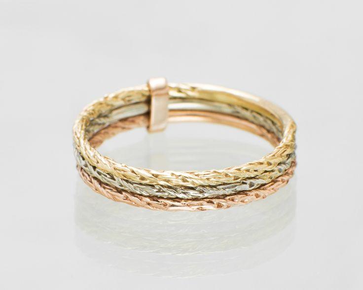 Obrączka z trzech kolorów złota.