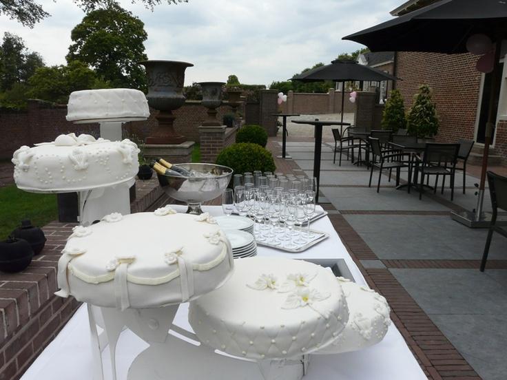 Klassiek witte taart op gelaagde standaard op het terras van het Poortgebouw