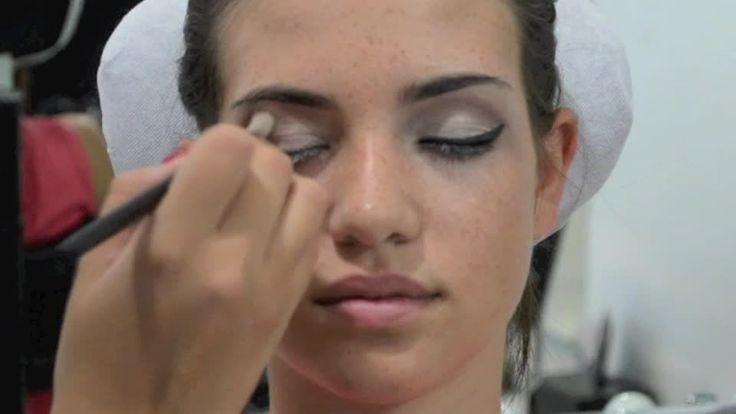 Scopri nel video step by step come realizzare il make up preferito da star come Angelina Jolie e Dita Von Teese: il cat eyes. Scoprirai come avere occhi in primo piano e sguardo magnetico grazie all'eye liner e alle ciglia finte.
