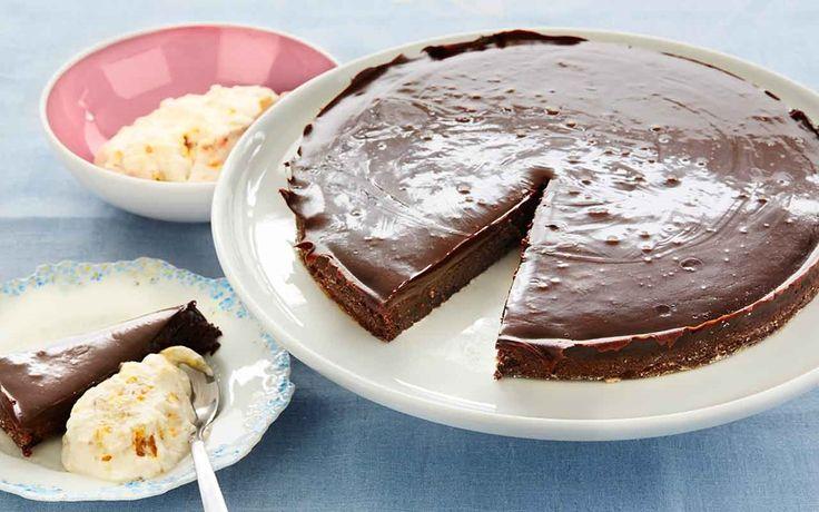Lyxiga smaker med lakrits i kladdkakan och fyllig och smakrik chokladfudge som topping. Servera kladdkakan med hjortrongrädde som är en ny spännande smakkompis.