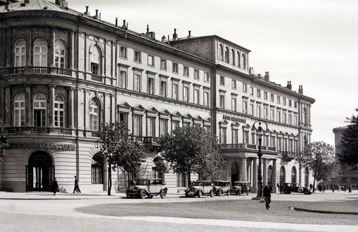 Galeria: Warszawa na zdjęciach Willema van de Polla [GALERIA] (13/18) - Warszawa - WawaLove.Hotel Europejski. W tle kamienica przy Krakowskim Przedmieściu 40. Na zdjęciu widzimy też ostantni, warszawski kandelabr gazowy, postawiony w 1890 (zdemontowany w 1938).