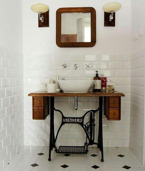 Idée originale pour la décoration et l'aménagement d'une salle de bain rustique avec un meuble d'une ancienne machine à coudre