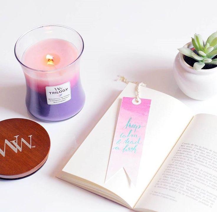 Vous connaissez les bougies WoodWick ? Une belle découverte, j'étais très curieuse d'en tester une car ces bougies ont la particularité d'avoir une mèche qui crépite  une mini cheminée! Berry Smoothie Trilogy = 3 senteurs dans une même bougie. Dreamsicle Daydream, Strawberry Parfait & Marionberry (repost @hiddenagenda_blog)