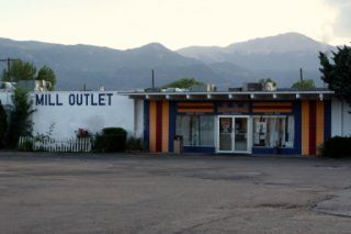 Colorado Springs The Colorado Springs region is home to several outlet malls full of factory stores offering shoppers steep discounts on quality clothing, accessories and gifts. In the following section you will find all nearby outlet malls.