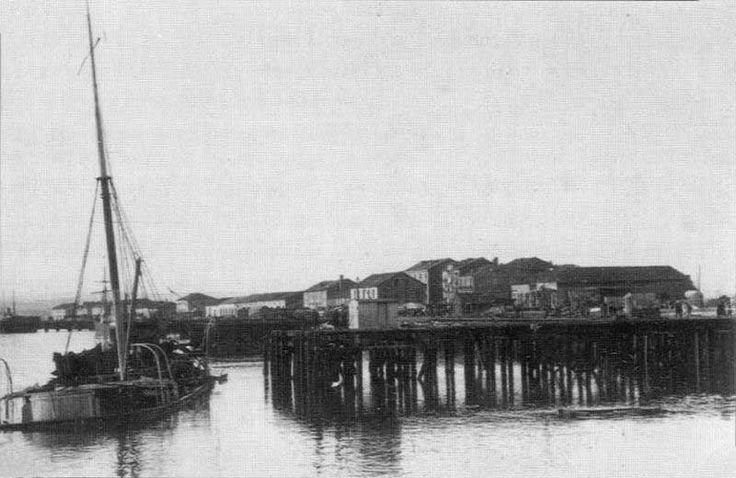 """cabo machichaco explosion-Los restos del """"Cabo Machichaco"""" tras la primera explosión: tres calles (fuera de la foto y a la derecha) han quedado arrasadas,"""