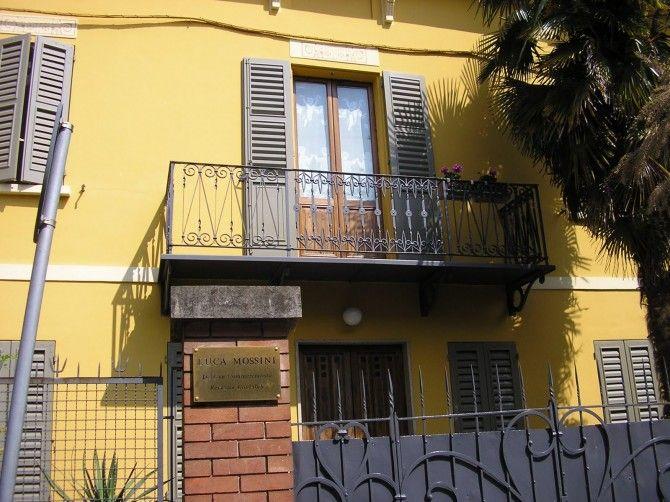 Brescello. Tratto dai Film 'Peppone e Don Camillo'. Da questo balcone Peppone incontrò la cittadina riunita per salutare l'ultimo nato. Oggi è una casa privata