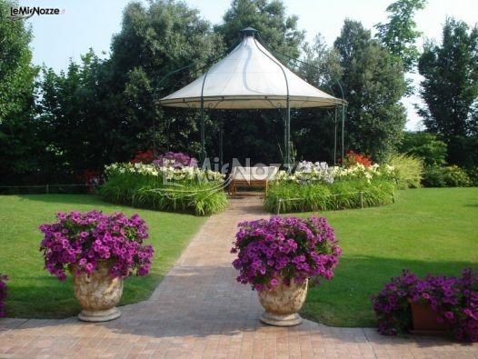 http://www.lemienozze.it/operatori-matrimonio/luoghi_per_il_ricevimento/ristorante-matrimonio-a-treviso/media/foto/2  Gazebo nel giardino nella location di nozze