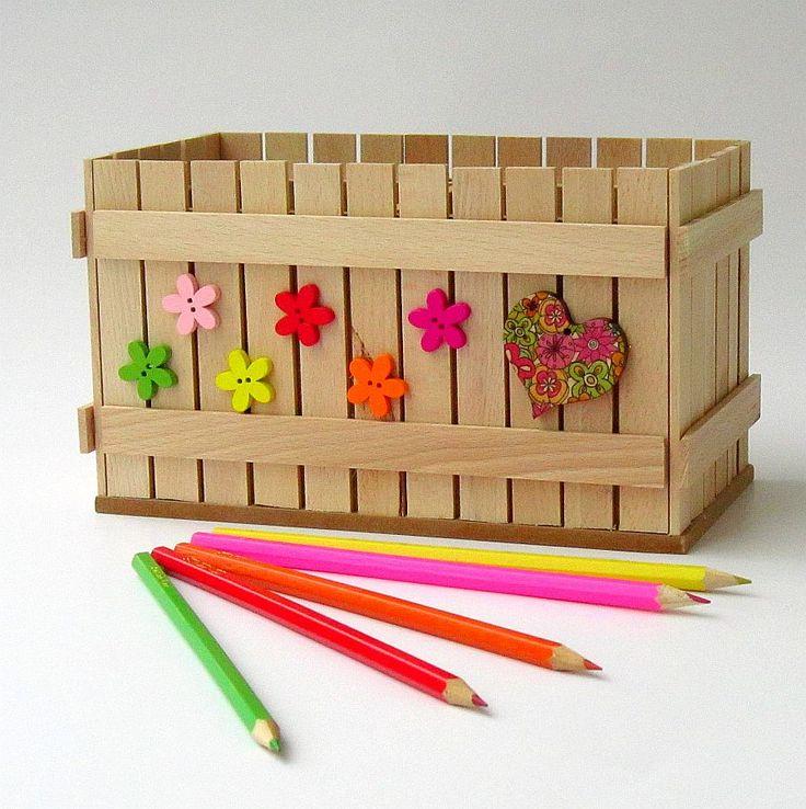 Pastelníkovník - tužkovník - srdce Originální dřevěný dvojitý pastelníkovníkzdobený nalepeným malým plotem a zdobený aplikacemi. Plot je ruční výroba, nestejná výška jednotlivých dřevíček je záměrem. Velikost: 21,5 x 12,5 x 11,5 cm