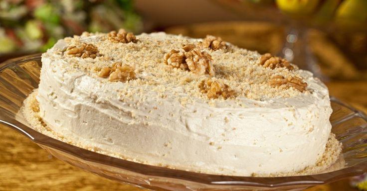 A fim de um bolo especial, mas sem chocolate? A sugestão é um saboroso Bolo de Nozes. Clique no MAIS para ver a receita