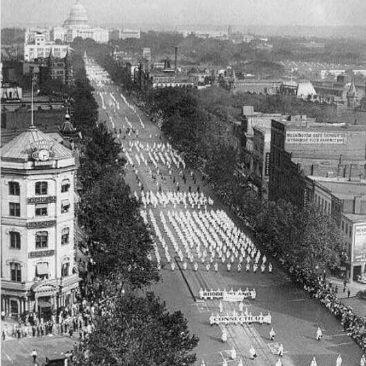 Miembros del Ku Klux Klan (KKK) desfilando en Washington el 8 de Agosto de 1922.