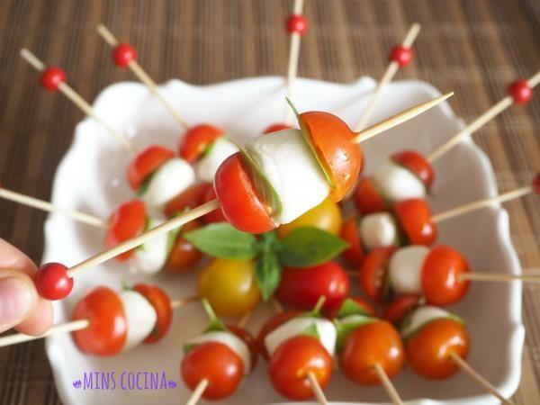 Receta de Brochetas de tomate cherry, queso y albahaca