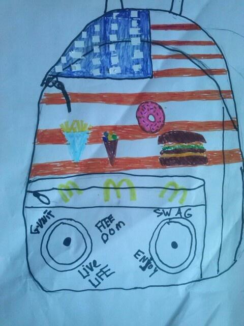 Mijn eigen designtas. Het geeft een Amerikaans effect door de vlag en het voedsel. Ook heeft het gave texten op de voorkant. Als slagroom op de taart heeft deze tas speakerz, waardoor je je muziek kunt luisteren en kunt delen. Een echte topper dus.