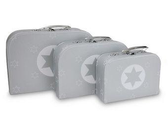 Stevig kartonnen koffertje: zilver met wit, Ster print. Koffertje is voorzien van een metalen handvat en sluiting. In 3 maten verkrijgbaar: XS - 19cm x 14cm x 7,5cm S - 24,5cm x 17cm x 8cm M - 29,5cm x 20cm x 8,5cm Dit zijn de buitenmaten van de koffertjes! kraamcadeau, kindercadeau, cara caro koffertje ster, cara caro, kartonnen koffertje, baby, kado, kraammand, kraamkoffer, villa flodder