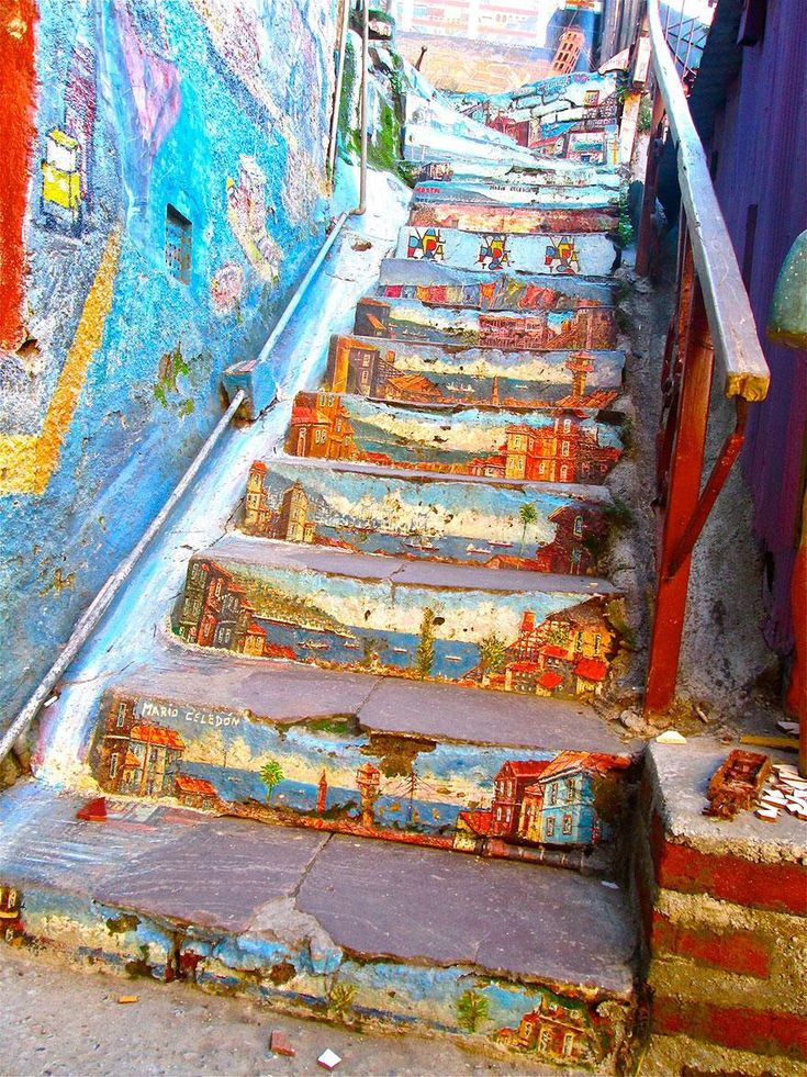 One of the most beautiful staircases in the world is in Valparaíso, Chile. Image credits: oueduabroad.wordpress.com