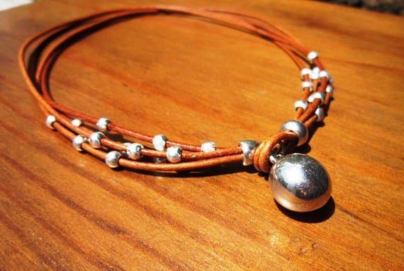Gota con cuentas, collar cuero marrón Camel con bolas de plata, joyería tribal boho. ¡Una joyería de la manera diaria!!!! collares para mujeres, joyería de plata, joyería de cuero personalizados, originales diseños de kekugi. Este collar está hecho de cuero y plata perlas plateado. Todas piezas de plata son sometidas a un proceso antialérgico (níquel y sin plomo) con una galjanoplastia de plata de 8 micras de plata. ¡HECHO POR ENCARGO! Hacer esto es 16 40cm de largo, pero todas las joyas…