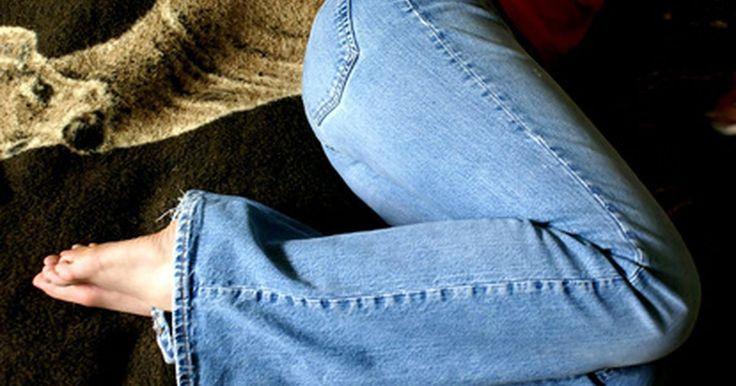 Como remover cola de um jeans. Todos nos temos aquele par de calças jeans favorito que se tornou um melhor amigo. Quando cola cai neles, encontrar a melhor maneira de removê-la pode parecer uma missão impossível. Ninguém quer jogar fora aquelas calças confortáveis por conta de uma coisa pegajosa. Aqui estão algumas dicas que vão ajudá-lo a remover a cola e resgatar seu jeans da ...