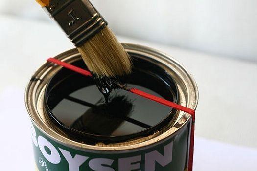 Prima di iniziare a dipingere metti un elastico intorno al barattolo, così saprai dove scolare il pennello senza spargere vernice ovunque.