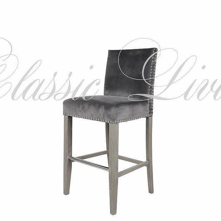 "DUKE #barstol  Nydelig elegant barstol med rette linjer. Kommer med sølvnagler. Bena er i fargen ""grålig eik"". Stolen har en meget god sittecomfort og er tilpasset kjøkkenøy i forhold til sittehøyde.  Farge: Grå Velour sort velour sand lux  Mål: Høyde: 102 (sittehøyde 66cm) /  #interiør #interior #classicliving"
