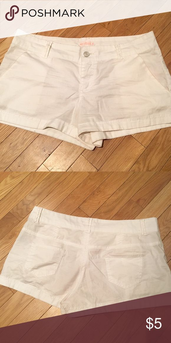 Loose White Shorts Women's Hot Options loose fitting white shorts. Lightweight and comfortable! (Bought in Australia) Previously owned but still in good condition. No trades! Hot Options Shorts Skorts