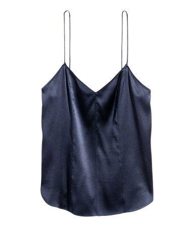 Mörkblå. PREMIUM QUALITY. Ett linne i lätt stretchig, vävd kvalitet av mullbärssilke. Linnet är v-ringad fram och har smala axelband. Runt skuren nedtill