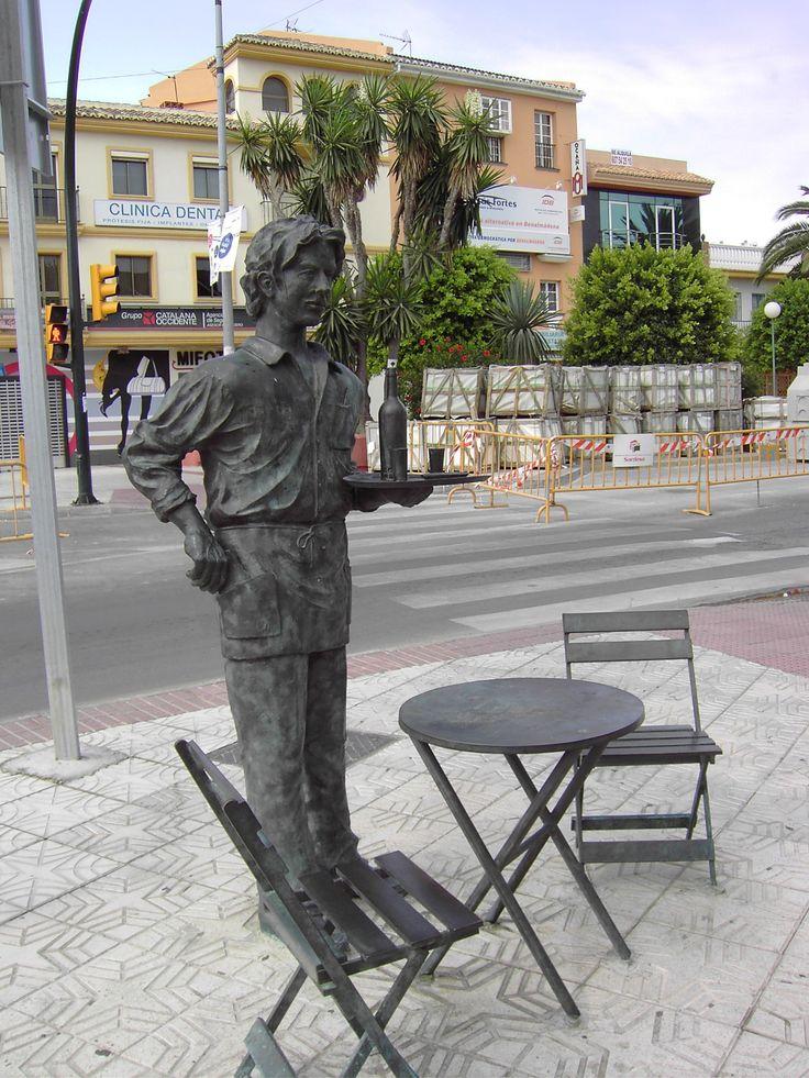 Monumento al camarero de la Costa del Sol (Arroyo de la Miel, Benalmádena)