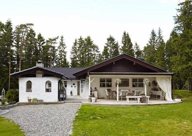 Вот уже десять лет большая семья наслаждается размеренной деревенской жизнью в окружении леса. Интерьер коттеджа очень прост и элегантен, с намеком на потертый шик в скандинавском стиле.