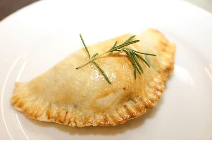 0615 エンパナーダご存知ですか? チリを代表する国民食のエンパナーダであります。 メキシコ、南米では、定番のお料理です。 エンパナーダとは、具入りのパンまたはペイストリーである。 パンで覆うまたは包むという意味のスペイン語およびポルトガル語の動詞「empanar」から派生したと言われる。 それをオーブンで焼き上げるもしくは、揚げます。 本当に 国によってお料理の仕方は、様々です。 ⭕️アルゼンチン 生地は通常、小麦粉とラードでありフィリングは地域ごとに異なる。エンパナーダはパーティーの前菜やコース料理として、または祝祭で供される。