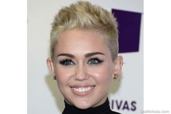 Miley Cyrus prácticamente se masturbó en vivo en un concierto - http://www.leanoticias.com/2012/12/18/miley-cyrus-practicamente-se-masturbo-en-vivo-en-un-concierto/: Shorts Haircuts Spikey, Hair With, Super Shorts Hair, Super Shorts Pixie Haircuts