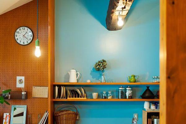 <p>鮮やかなブルーの壁に雑貨が映えます。左側の「有孔ボード」の壁のレトロ感との組み合わせが上手。</p>