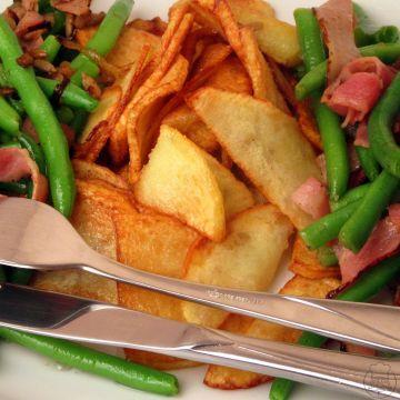 Zelené fazolky na slanině - Zelené fazolky na slanině s bramborovými lupínky