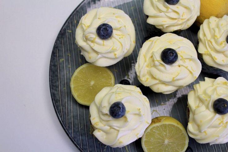 Blåbær cupcakes med hvid chokolade og cream cheese frosting smager helt fantastisk- blåbær sørger for at kagerne bliver skønne og svampet.