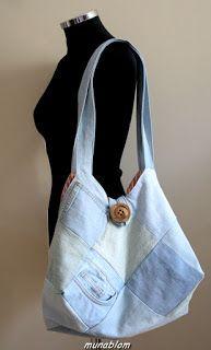 Sonny 01: Borsa ricavata da jeans chiaro di recupero in patchwork a quadri. Fodera interna in tela di cotone a righe verticali con tasca a toppa in denim. Chiusura tramite bottone e cappio.