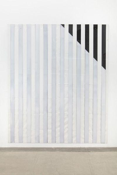 Daniel Buren  rechte lijnen in verschillende richtingen die de aparte ruimtes aanduiden