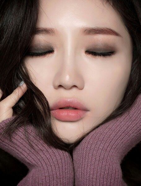 Flawless skin, straight brows, dark smoky Eyeshadow, pink tinted gradient lips.