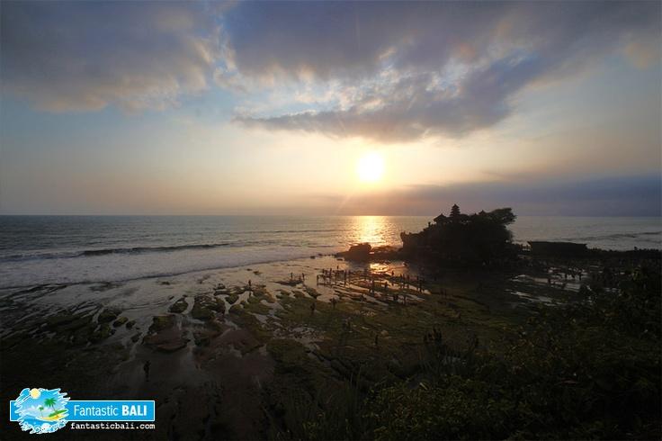 Menikmati keindahan Tanah Lot dengan latar belakang sunset dari sunset terrace.