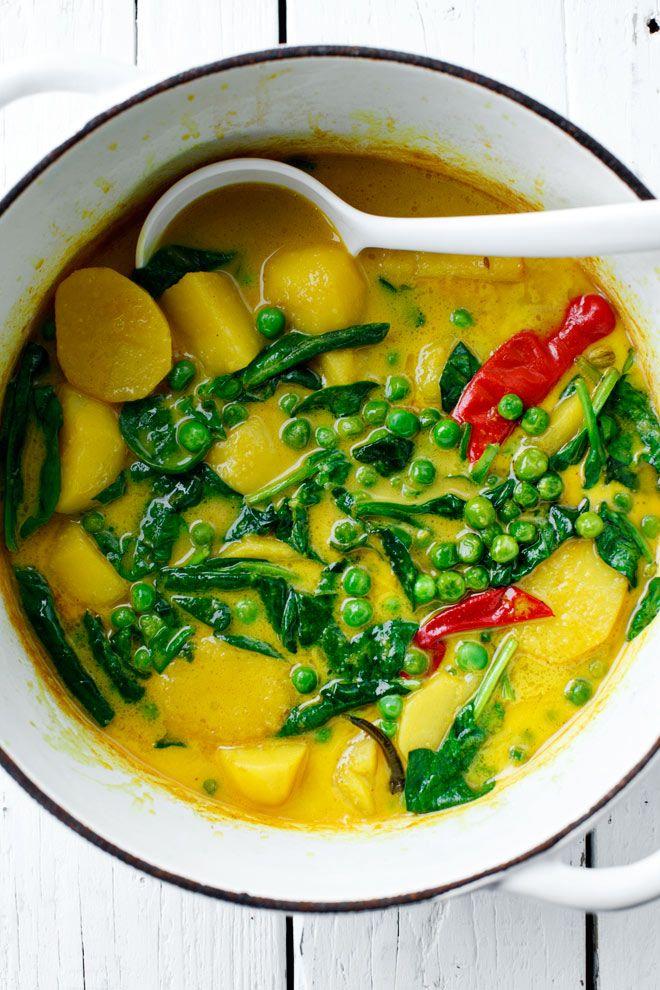 Curry d'épinards, p de t et pt pois 500 g de petites pommes de terre,2 tasses de petits pois, huile végétale, 2 cm morceau de gingembre, 2 grosses gousses d'ail, 3 petites échalotes, 1 cuillère à café de graines de cumin, 6 graines de cardamome,1 cuillère à soupe de curcuma en poudre, 2 de piment, 3 cuillères à soupe de sauce de poisson, 1 cuillère à café de cassonade,1 boîte (530 g) lait de coco, 1 poignée d'épinards, 1 pincée de sel Pour servir : feuilles de coriandre fraîche