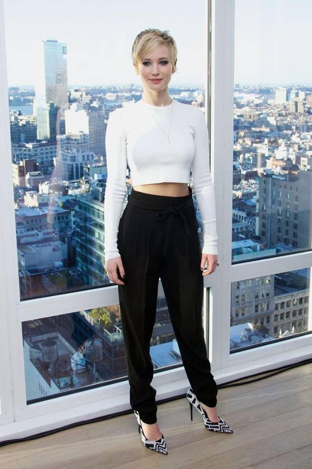 Que tal se inspirar nesse belo look da Jennifer Lawrence? Composto por cropped branco, calça saruel preta e scarpin estampado black/white. Super prático, no estilo simples/chique que eu adoro!